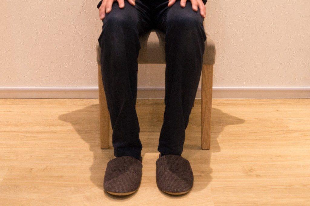 座り方 両足をつける